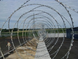 Фото Егоза охранный датчик периметра вмонтирован в проволку